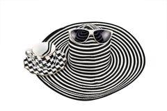 ` S женщины striped шляпа и кофейная чашка на белой предпосылке стоковое фото