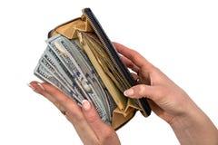 ` S женщин вручает держать кожаный бумажник с валюшкой 100 долларов Стоковая Фотография
