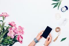 ` S женщин вручает держать умный телефон на белой предпосылке стоковое фото