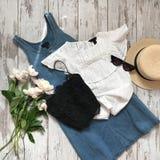 ` S женщин одевает на деревянной предпосылке стоковые изображения rf