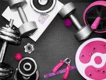 ` S женщин резвится бюстгальтер, изделия ноги, гантель и яблоко Носка a фитнеса стоковое изображение