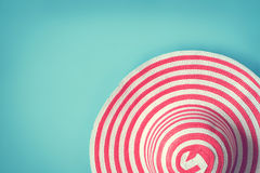 ` S женщин striped шляпа лета романтичная на праздник пляжа Взгляд сверху Стоковое Фото