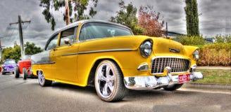 1950's желтый Шевроле припаркованный в улице Стоковые Изображения RF