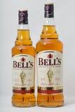 ` S колокола смешало крупный план бутылок шотландского вискиа на белой предпосылке Стоковые Фотографии RF