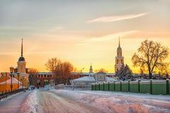 ` S Кремль Kolomna на заходе солнца в зиме стоковые изображения rf
