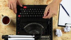 ` S людей вручает типу текст книги на машинке над взглядом акции видеоматериалы