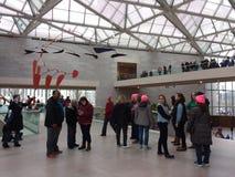 ` S март женщин изнутри национальной галереи здания искусства восточного, Вашингтона, DC, США Стоковое Изображение