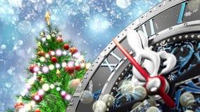 ` S Нового Года на полночи - старых часах с снежинками звезд и светами праздника 4K сток-видео