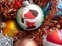 ` S Нового Года и рождество Стеклянные сферы и свеча рождества Интерьер Нового Года Стоковая Фотография RF
