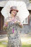 1920s одели девушку с парасолем и портретом бокала вина Стоковое Изображение