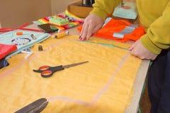 ` S портноя портноя зазубрины рук портноя scissors ткань Портной женщины работая на магазине портноя Стоковое Изображение
