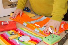 ` S портноя портноя зазубрины рук портноя scissors ткань Портной женщины работая на магазине портноя Стоковая Фотография