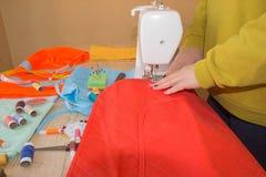 ` S портноя портноя зазубрины рук портноя scissors ткань Портной женщины работая на магазине портноя Стоковое Фото