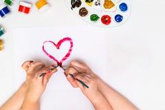` S ребенка вручает красить сердце Стоковое Фото