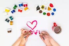 ` S ребенка вручает красить сердце Стоковая Фотография RF