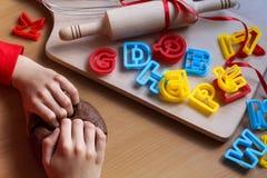 Руки маленькой девочки замешивая тесто Варить традиционные печенья пасхи Концепция еды пасхи стоковые фотографии rf