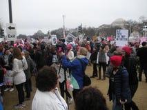 ` S средства массовой информации -го март женщин, документируя событие, козырь кладет упрек в Twitter, протестующие на национальн Стоковые Фотографии RF