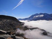 ` S тумана поднимая на пропуск Пьемонт Nivolet стоковая фотография