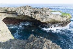 ` S дьявола срывает скалу и естественный бассейн Nusa Lembongan, Бали, Индонезию Стоковое Фото