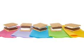 S 'mores op kleurrijke geïsoleerde servetten stock afbeelding