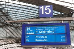 S9电车对机场schönefeld柏林德国的火车标志 免版税库存照片