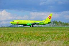 S7西伯利亚航空公司波音737下个Gen航空器在普尔科沃国际机场登陆在圣彼德堡,俄罗斯 库存照片