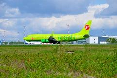 S7西伯利亚航空公司波音737下个Gen航空器在普尔科沃国际机场登陆在圣彼德堡,俄罗斯 库存图片