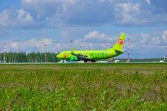 S7西伯利亚航空公司波音737下个Gen航空器在普尔科沃国际机场登陆在圣彼德堡,俄罗斯 图库摄影