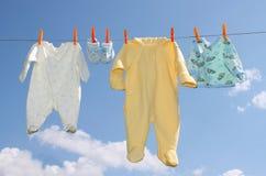 婴孩给s穿衣 免版税库存照片