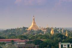 小山的金黄塔在缅甸` s首都 免版税库存照片