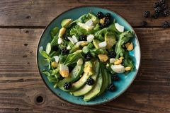 鲕梨、羊羔` s莴苣、芝麻菜和鸡蛋沙拉  库存照片