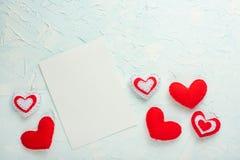 日s华伦泰 礼物,在白色背景的红心框架  平位置,顶视图,拷贝空间 图库摄影