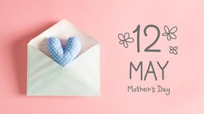 Μήνυμα ημέρας μητέρας με ένα μπλε μαξιλάρι καρδιών στοκ εικόνες