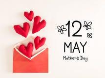 Μήνυμα ημέρας μητέρας με τα κόκκινα μαξιλάρια καρδιών στοκ εικόνες με δικαίωμα ελεύθερης χρήσης