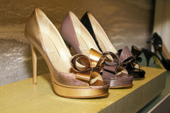 精品店s穿上鞋子时髦的妇女 免版税库存图片