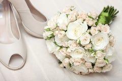 花束新娘s穿上鞋子婚礼 免版税库存图片