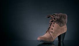 s穿上鞋子冬天妇女 库存图片