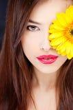 在俏丽的s妇女的雏菊眼睛 免版税库存照片