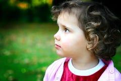 природа девушки наблюдающ напольным s Стоковые Фото