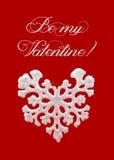 在红色背景的白色心形的雪花 招呼看板卡的日愉快的s华伦泰 冬天标志 库存照片