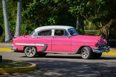 在s的哈瓦那,古巴- 2014 12月15日,经典美国汽车驱动 免版税库存图片