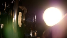 Χέρι γυναικών ` s που χρησιμοποιεί τη ράβοντας μηχανή στο Μαύρο απόθεμα βίντεο