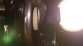 Χέρι γυναικών ` s που χρησιμοποιεί μια παλαιά ράβοντας μηχανή στο Μαύρο απόθεμα βίντεο