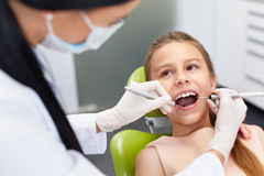 核对牙科医生办公室s牙 牙医审查的女孩牙 免版税库存照片