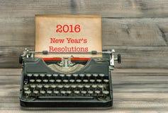 Γραφομηχανή με τη σελίδα της Λευκής Βίβλου νέο έτος διαλύσεων s Στοκ εικόνα με δικαίωμα ελεύθερης χρήσης