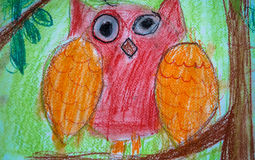 ` S ребенка рисуя красного сыча сидя на ветви дерева стоковая фотография rf