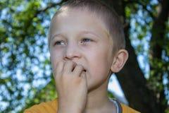 男孩在嘴的` s手 免版税库存图片