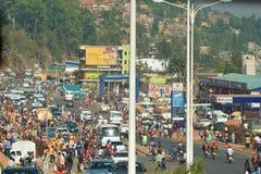 S'activer se serre parmi des boutiques dans l'intersection principale de Kigali du centre au Rwanda image stock