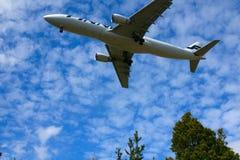 ` S Airbus di Finnair che atterra l'aeroporto di Vantaa Immagine Stock