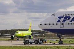 S7 Airbus 320 e Transaero Boeing 747-400 Fotos de Stock Royalty Free